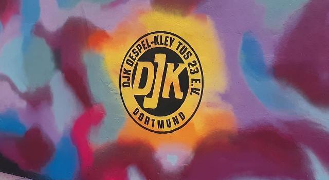 Das DJK-Logo ziert jetzt die Wand an der Steinhammerstraße.